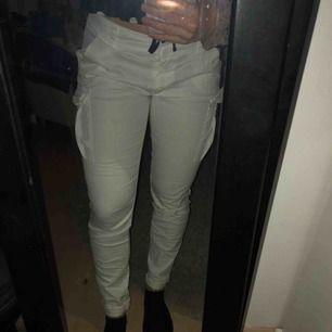 Svincoola brallor från Tessie. Vita byxor med fickor på sidorna samt strassstenar på bakfickorna. Fint skick, säljer pga att jag redan har ett annat liknande par. Köparen står för frakt✨