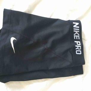Ett par svarta shorts i träningsmaterial från Nike:) Rätt så använda men fortfarande mycket fina Du står för frakten om det inte finns chans att mötas upp