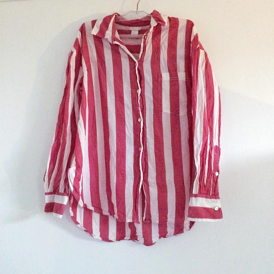 Skjorta från H&M, ljusröd färg, ej tvättpåverkad utan ska vara så. Frakt tillkommer på 18 kr!💓. Skjortor.