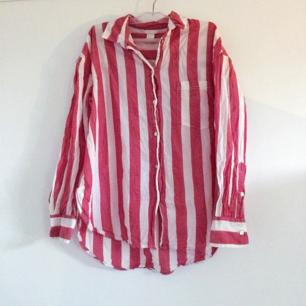 Skjorta från H&M, ljusröd färg, ej tvättpåverkad utan ska vara så. Frakt tillkommer på 18 kr!💓