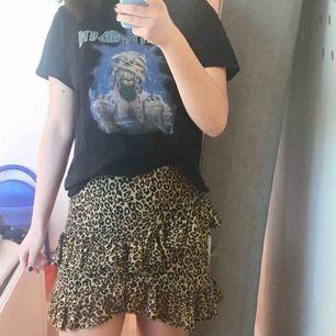 Kjol från Bikbok i leopardmönster, perfekt nu för våren och sommaren. Endast använd en gång! Frakt ingår :)