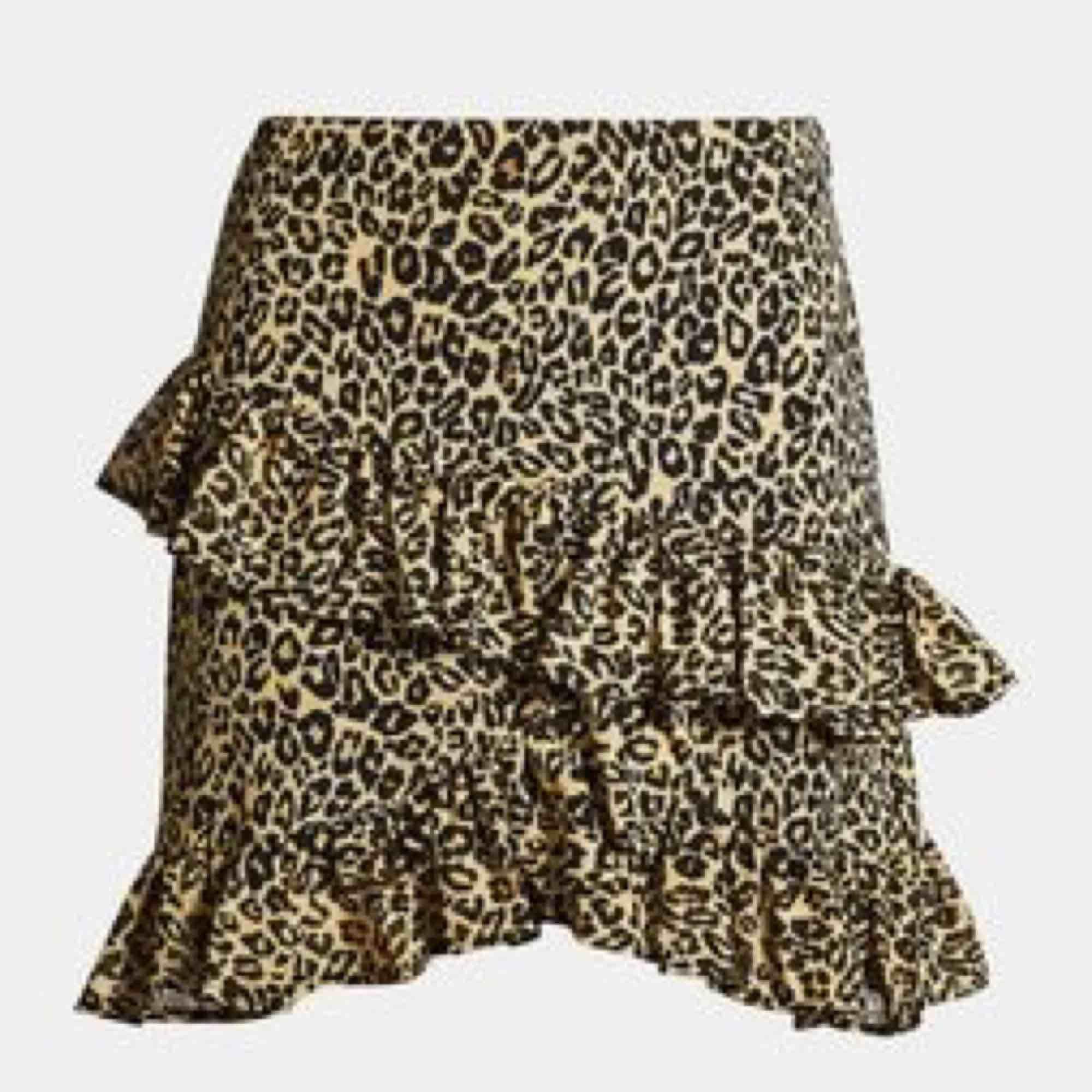 Kjol från Bikbok i leopardmönster, perfekt nu för våren och sommaren. Endast använd en gång! Frakt ingår :). Kjolar.