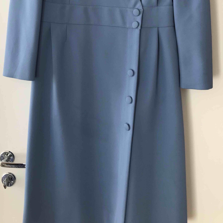 Jätte fin kavaj liknande klänning med knappar och lagom puff vid axlarna. Slutar precis över knäna och är sjukt enkel att både klä upp och ner. Använd 1 gång. Passar även mig som ibland är XS.. Klänningar.