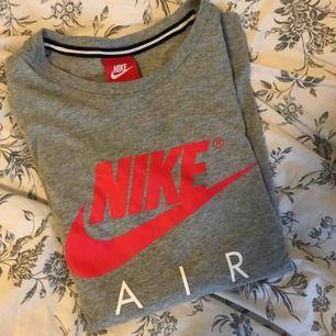 En grå Nike air t-shirt knappt använd 🥰