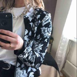 En svartvit mönstrad jacka/kofta från H&M i storlek 34 i bra kvalité som passar bra till att piffa upp en outfit. Säljer pga att den är en aning för liten tyvärr! OBS: köparen står för frakt!