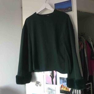 Nästintill oanvänd tröja från Zara. Vida ärmar med fluff längst ner på ärmen.