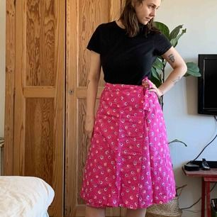 Vårigaste kjolen med knyt i midjan. Retro i toppskick! Finns att hämta i centrala Sthlm, skickas mot fraktkostnad.