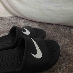 Nike tofflor från zalando Använda ett fåtal gånger då dom är för små för mig skriv gärna om ni undrar över något!
