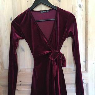 Fin wrap klänning från Boohoo. Endast använd 1 gång, nyskick.