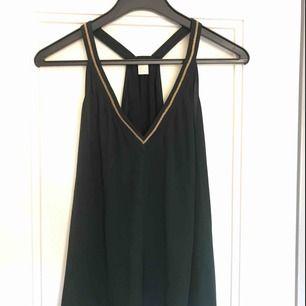 Mörkgrönt v-ringat linne med gulddetaljer. Använd fåtal gånger, i fint skick. Köparen står för frakten. Kan även mötas upp i Växjö, Lidköping eller Göteborg 💫