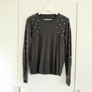 Mörkgrå tröja med pärldetalj från Zara ✨