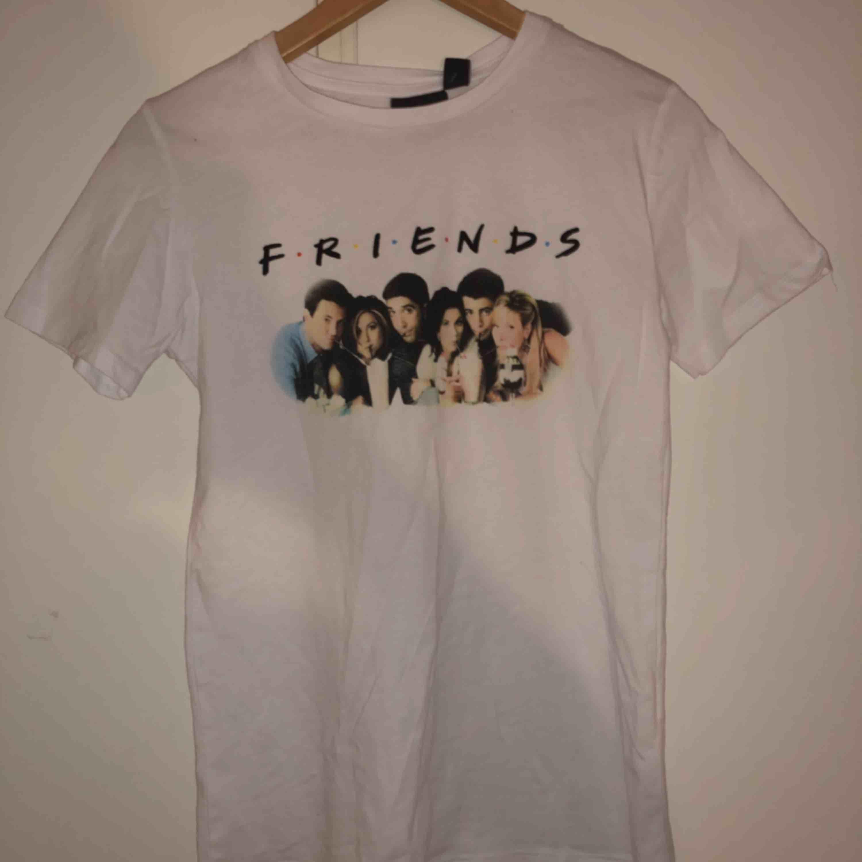 Superfin Friends T-shirt, aldrig använd :). Frakt: 18kr. Skriv om du har några frågor! :) (sorry för dålig bild haha, kommer en ny annons av den snart) . T-shirts.