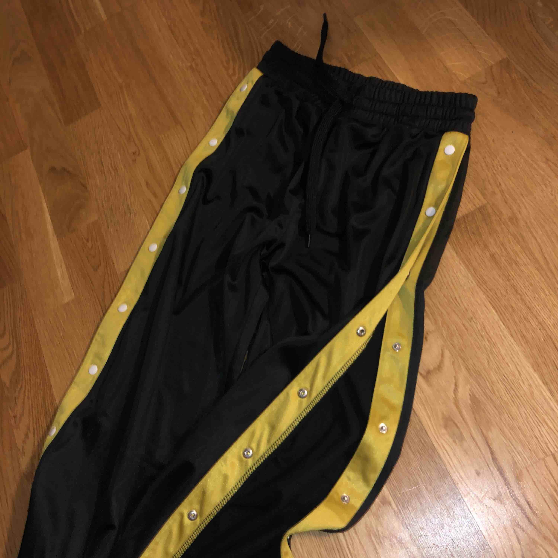 Track pants. Jeans & Byxor.
