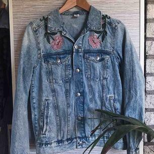 """Ljusblå jeansjacka med blombroderier på & """"La Belle Vie"""". Två bröstfickor och två sidfickor (som är rätt djupa)"""