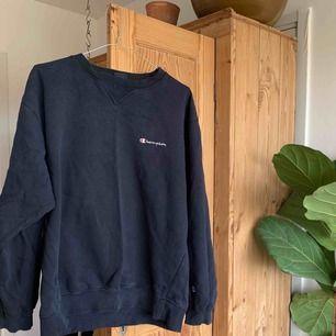 Champion collage-tröja i perfekt slitet skick. Finns i västertorp/Sthlm city, eller skickas mot fraktkostnad.