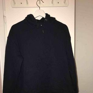 Säljer den här snygga mörkblå hoodien från weekday. Hoodien är knappt använd och sitter oversized.