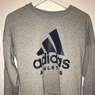 Säljer en fin grå sweatshirt från adidas som tyvärr inte kommit till användning. Möts upp i Stockholm :)