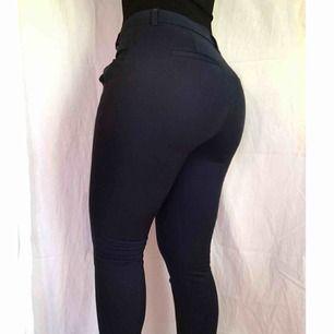 Mörkblå kostymbyxor ifrån Vero Moda👖 ✨ Knappt använda  ✨ Fin passform  ✨ Detaljer vid benen och fickor (Nypris 299kr)