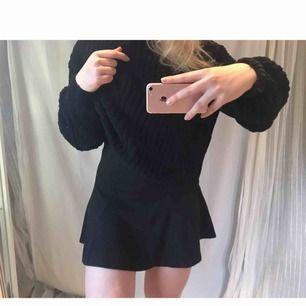 A-line kjol i bomull från Lindex 👗 ✨ Tjockare tyg ✨ Svart färg ✨ Högre i midjan Storlek XS , men passar mig som brukar ha M, bara aningen kort! (nypris: 199 kr)