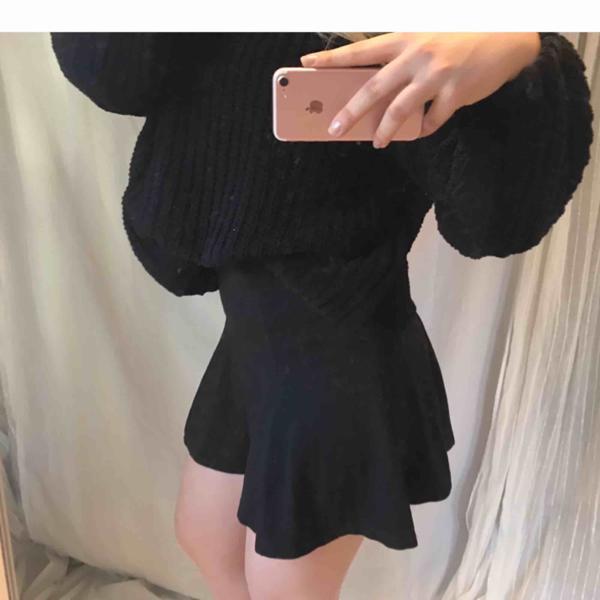 A-line kjol i bomull från Lindex 👗 ✨ Tjockare tyg ✨ Svart färg ✨ Högre i midjan Storlek XS , men passar mig som brukar ha M, bara aningen kort! (nypris: 199 kr). Kjolar.