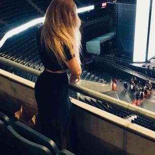 Svart kjol med längre mesh överkjol 👗 ✨ Slits på sidan ✨ Perfekt för konsert / festivaler !! Tyvärr väldigt svår att fånga på bild!! DM:a vid intresse så kan jag skicka mer bilder!😅 (Nypris 149kr)