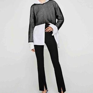 Populära byxor från ZARA med slits i SVART färg. Jag sålde ett par likadana i rutigt (se min andra bild) dessa är exakt lika fast svarta.