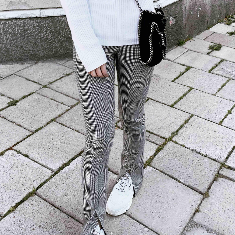 Populära byxor från ZARA med slits i SVART färg. Jag sålde ett par likadana i rutigt (se min andra bild) dessa är exakt lika fast svarta.. Jeans & Byxor.