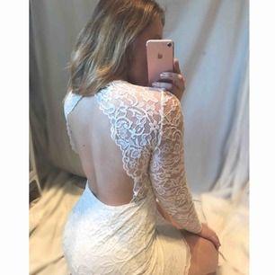 Perfekt studentklänning med öppen rygg👗 ✨ Använd endast en gång!! ✨ Spets på armar och över klänningen i helhet En superfin klänning för studenten som stundar! (Nypris: 499kr)