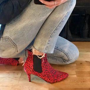 Djurmönstrade boots med klack från Anine Bings kollektion, Gina Tricot. Helt oanvända. Ligger vanligtvis mellan strl 38-39 på skor. Köparen står för frakten. Kan även mötas upp i Lidköping, Växjö eller Göteborg. Pris kan diskuteras! ❤️🖤