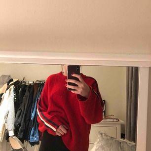 Snygg tröja från Gina tricot med fyra ränder på armen!