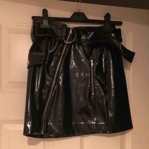 Superträndig latex kjol! Använd max två ggr! Nypris. 450kr