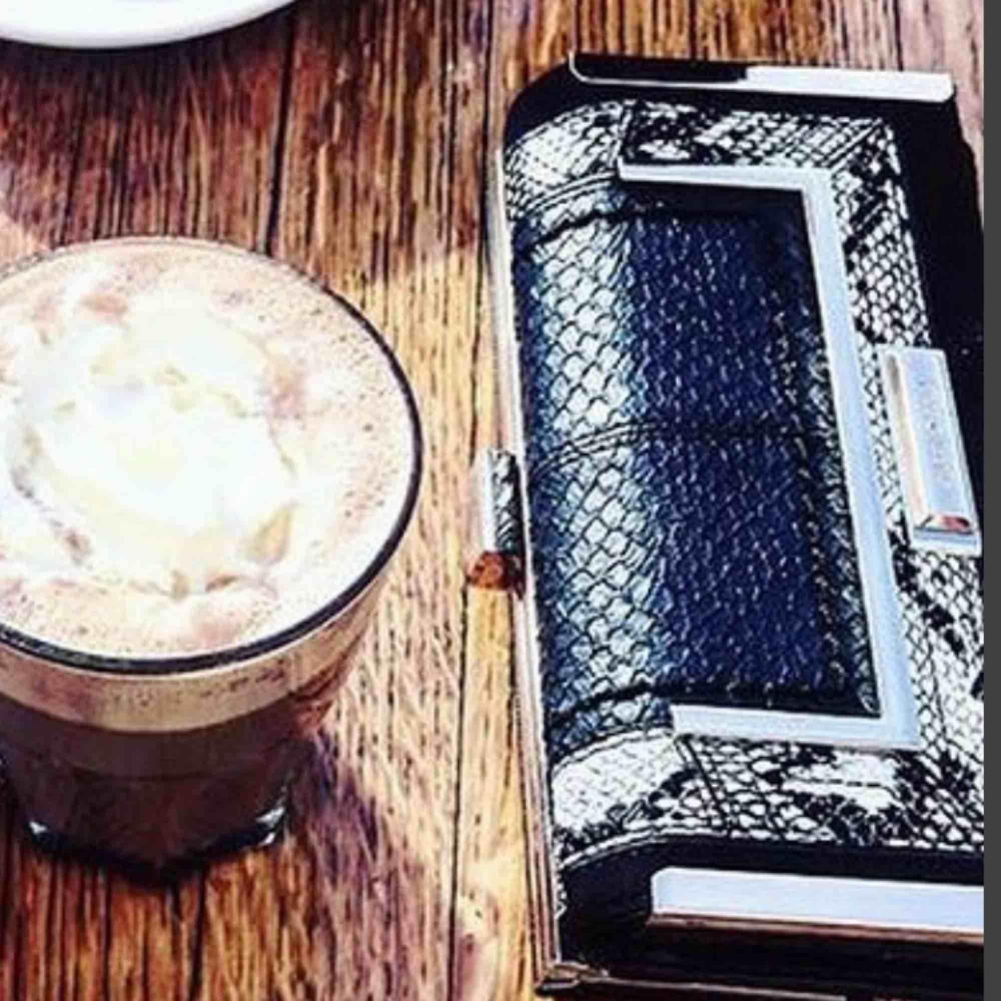 Skitsnygg plånbok i fake-ormskinn med gulddetaljer från River Island, rymlig och smart design. Säljer eftersom jag är för dålig på att använda den😊. Accessoarer.