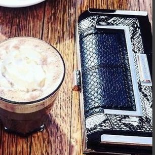 Skitsnygg plånbok i fake-ormskinn med gulddetaljer från River Island, rymlig och smart design. Säljer eftersom jag är för dålig på att använda den😊