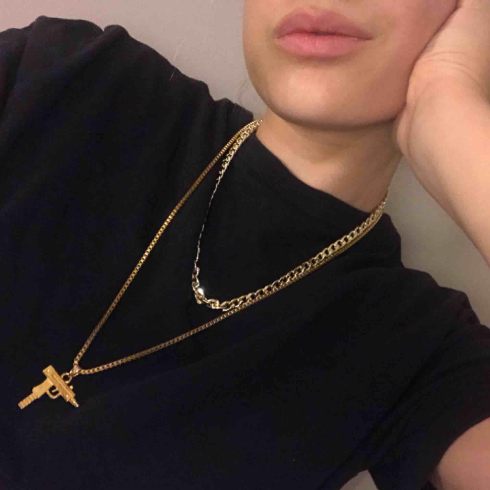 Jävligt tufft guld halsband med en fake supreme pistol som hänger i kedjan, använt nån enstaka gång bara eftersom guld inte riktigt är min färg, hoppas någon annan har mer glädje utav den!💕. Accessoarer.