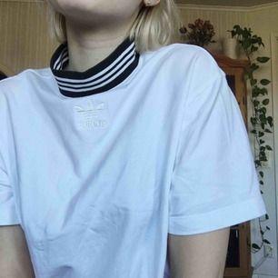 vit adidaströja med polokrage! från början en längre tröja/kortare klänning, köpt för 499, men avklippt och sydd längst ner. one of a kind! frakt 36kr🌻