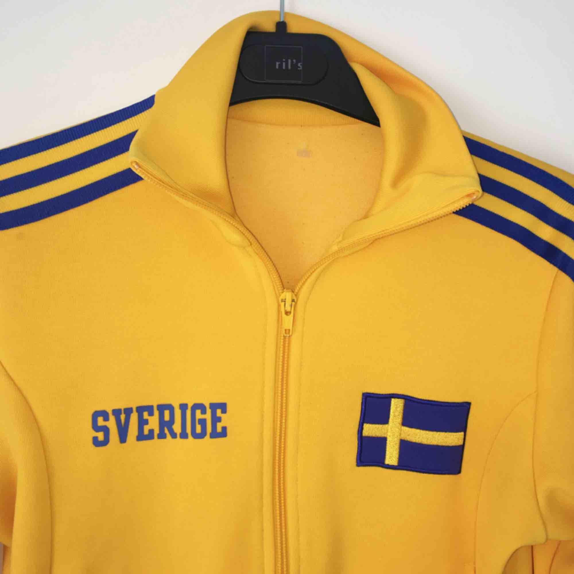 Adidas Sverige-tröja! 🇸🇪 Frakt inkluderat i pris . Huvtröjor & Träningströjor.