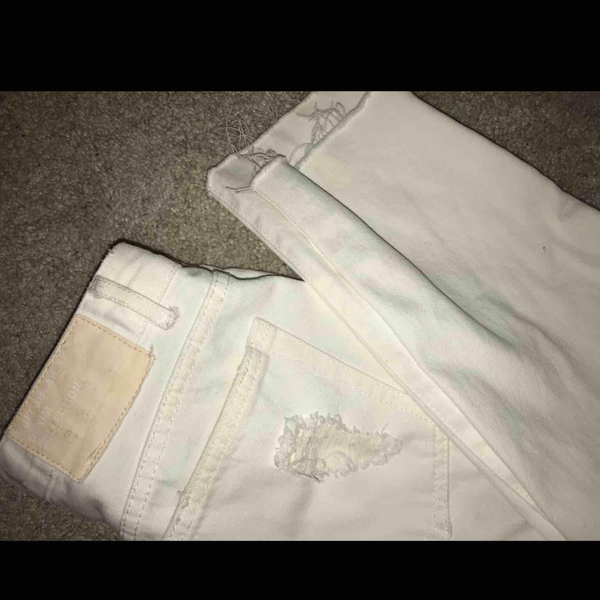 Boyfriend jeans i storlek 34, jätte classy och stilrena men ändå tuffa med hålen! Tycker om dom super mycket men kan själv inte matcha dom bra vilket gör att jag aldrig använt dom = orginal skick! . Jeans & Byxor.