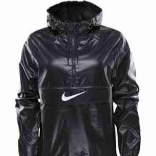 En jätte snygg vindjacka från Nike. Sparsamt använd och skulle säga att den är i skicket 7/10, passar tyvärr ej mig längre. Ställ frågor om du har några :)