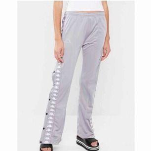 Kappa popper pants, tajt modell som sitter lösare vid smalbenen. Jätte snygga och bekväma, säljer för att jag inte använder de och tror inte heller att de säljs längre :) ställ gärna frågor