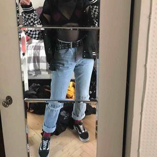 """Säljer nu mina snyggaste jeans från Ragged Priest! """"Truth hurts"""" broderat på knäna. Står 28"""" på storlek men uppskattar 36! Möts i Sthlm eller fraktar för 49kr!"""