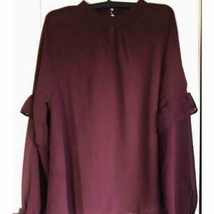 En superfin vinröd tröja som är storlek M men även S!  Använd knsppt, två ggr max så den är som ny! Bra skick! Den är lite genomskinlig och har lite volanger i ärmarna, riktigt fin!