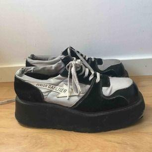 Något slitna men inte mer än vad som syns på bilderna. Putsar upp skorna innan de säljs!  Pris går att diskutera