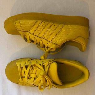 Skit coola adidas superstar sneakers. Sparsamt använda! Gott skick. Köpta från junkyard 💛 Köparen står för frakten