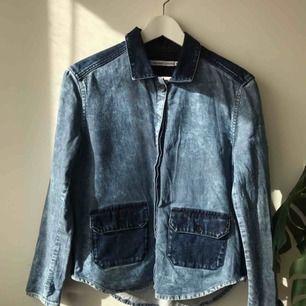 Jeans skjorta / jacka från & Other Stories. Super fin wash på denim. Frakt tillkommer på 60 kr annars går det bra att hämta på Södermalm i Stockholm