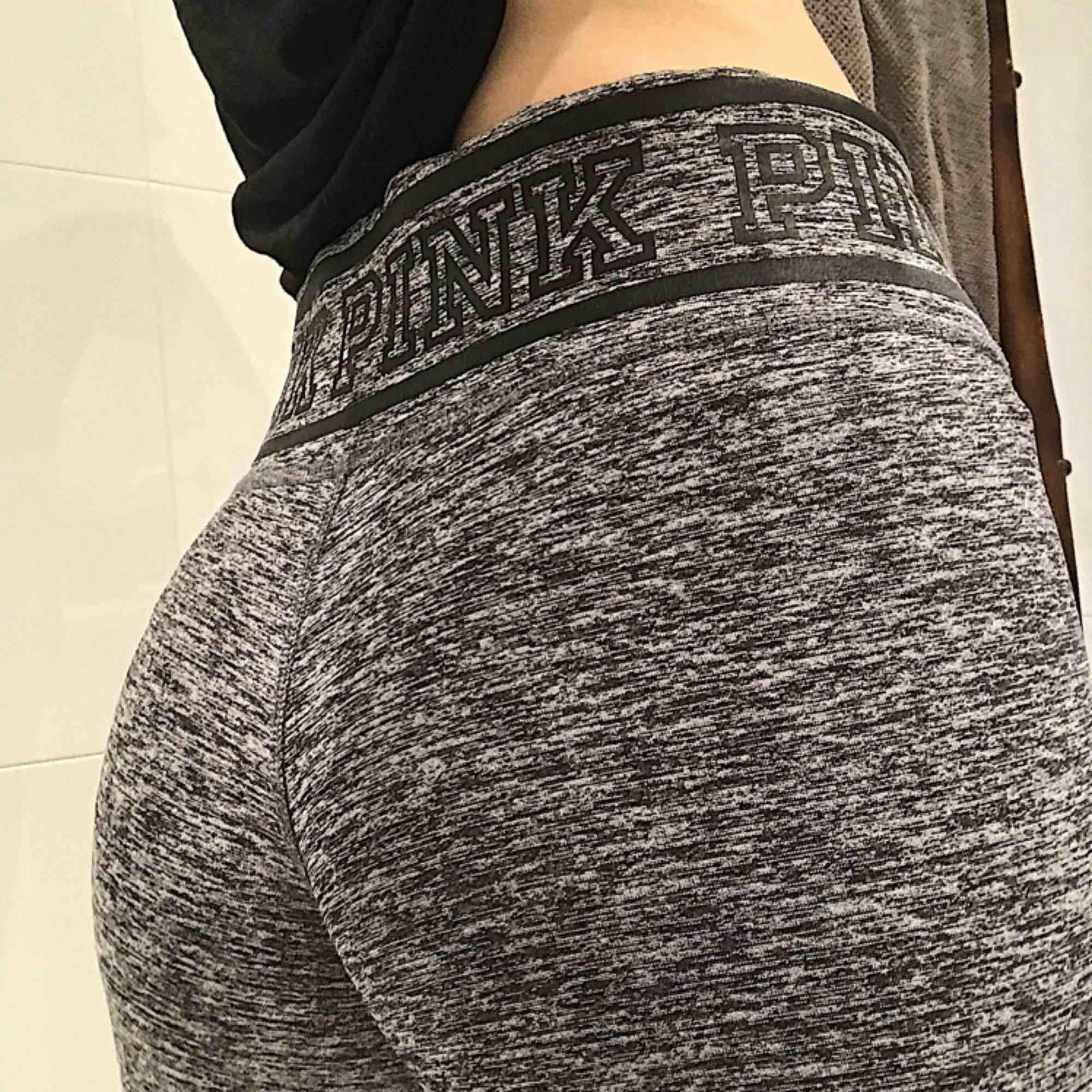 VICTORIA SECRET PINK träningsbyxor. Jättefina och supersköna, inköpta i New York. Säljer pga tränar ingenting 😜. Jeans & Byxor.