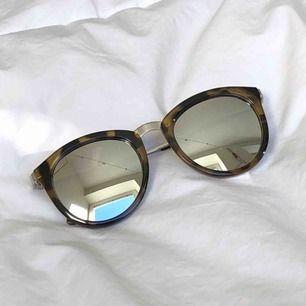 LeSpecs solglasögon i nyskick! Modellen är No Smirking. Ord. pris 649kr. Möts upp i Malmö annars tillkommer frakt på 20kr.