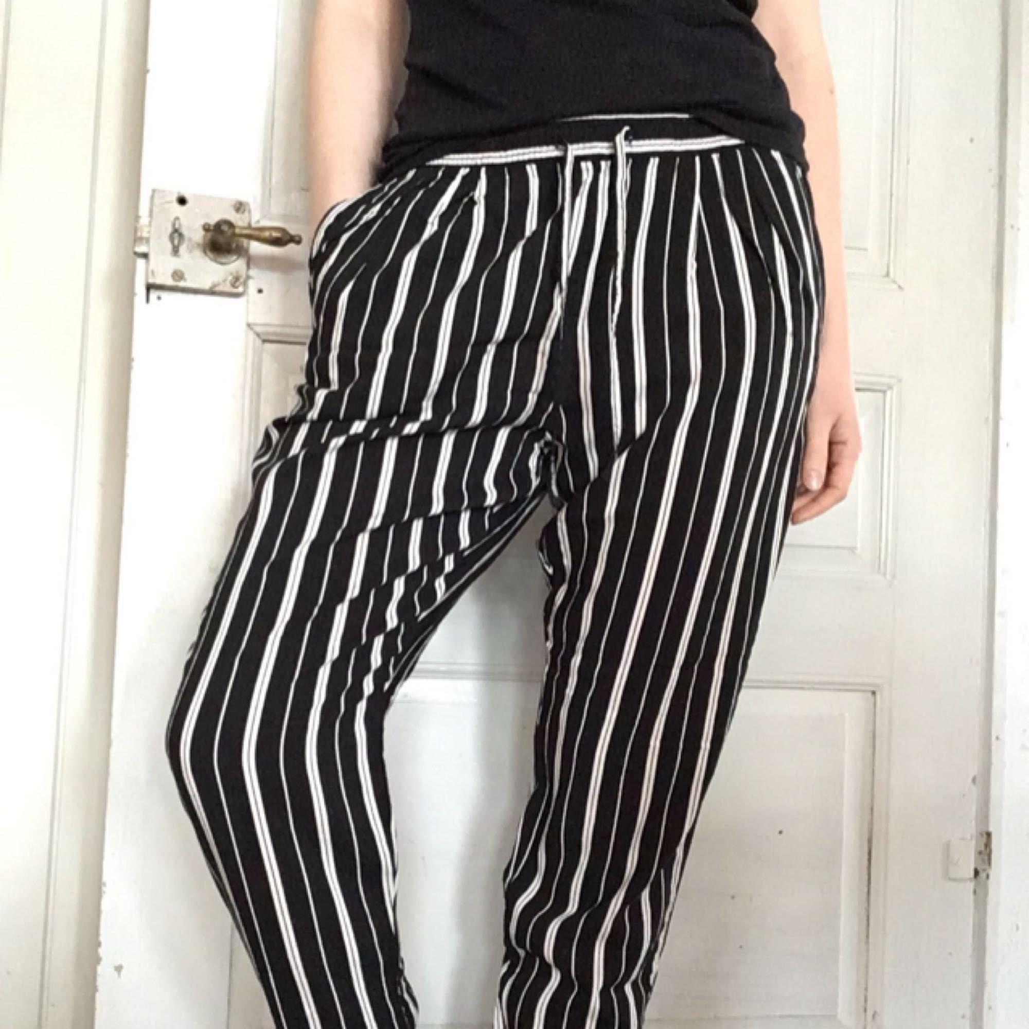 Tunna, mjuka byxor som går att klä både upp och ner. Mycket fint skick!  Kan mötas upp i Örebro (eller Katrineholm där jag är med jämna mellanrum) eller skicka men då står köparen för frakt. . Jeans & Byxor.