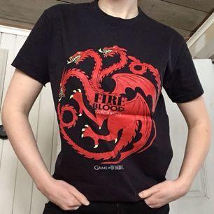 Game of Thrones/House Targaryen tröja i mycket fint skick. Möts upp i Örebro (eller Katrineholm där jag är med jämna mellanrum) eller skickar men då står köparen för frakt.