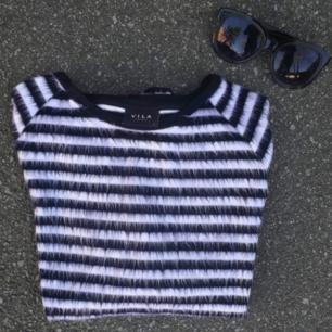 Fin randig och lite fluffig tröja från Vila. 97% akryl 3% elastane. Hel och fin men har ett litet hål vid kragen på höger sida. Frakt 35kr! (drt är en stl S men sitter även bra på en M)