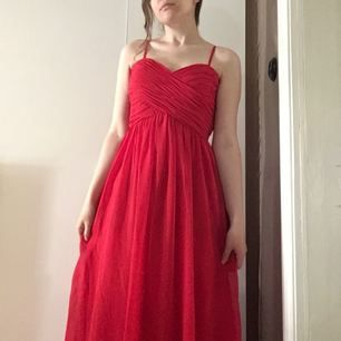 Röd bal/festklänning. Använd en gång (nypris 600). Möts i Örebro (eller Katrineholm där jag är mes jämna mellanrum) eller skickas men då står köparen för frakt.